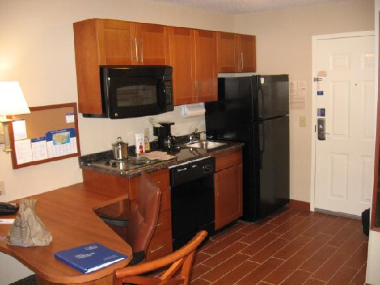 Candlewood Suites Richmond Airport : Kitchen area