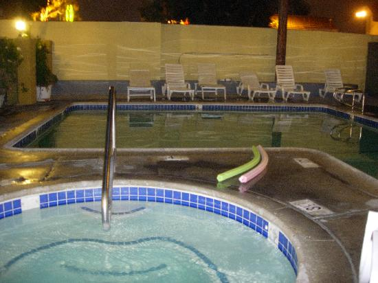 Anaheim Express Inn: Pool and Whirlpool at night