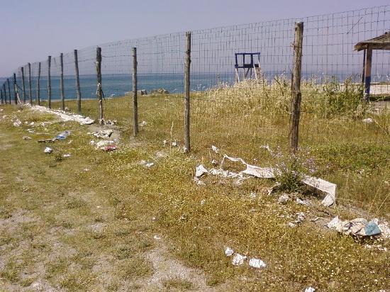 Terme Vigliatore, Włochy: la degradata spiaggia privata