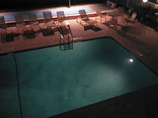Floranada Condominiums : la piscine, le soir
