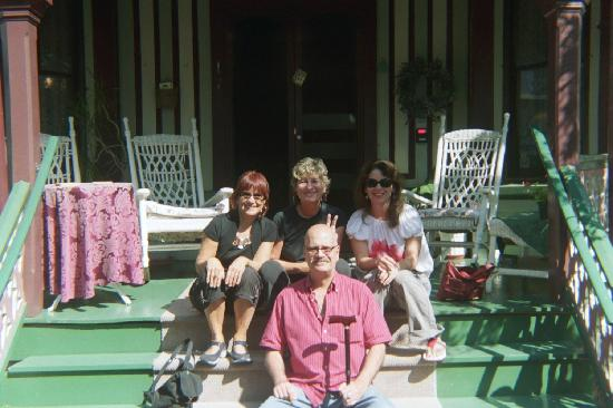 Poor Richard's Inn: Harriett and guests on porch.