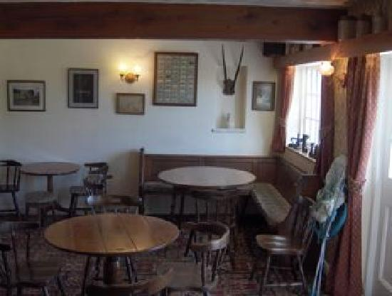 Fat Lamb Country Inn and Restaurant: Cozy pub overlooks garden
