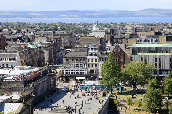 Capital View Apartments: Plaza by National Gallery & Firth of Forth from flat