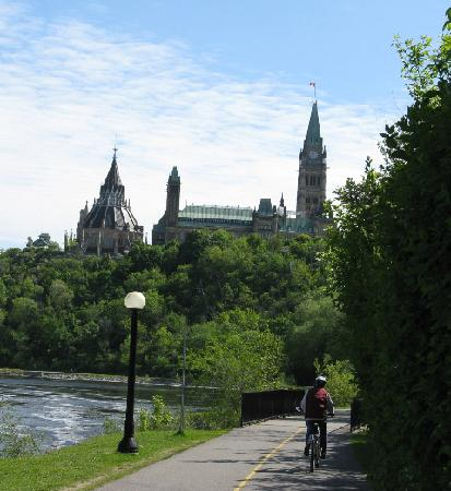 Albert House Inn: biking towards Parliament