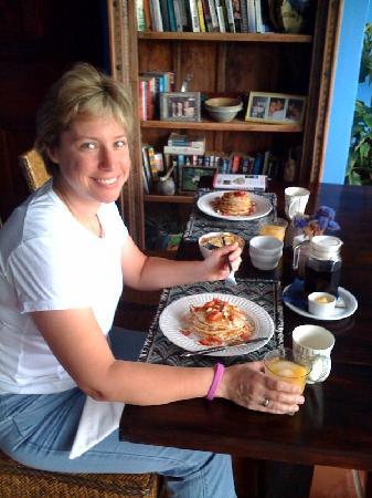 Casa Bella Rita Boutique Bed & Breakfast: Cat at breakfast. Steve makes some MEAN pancakes!