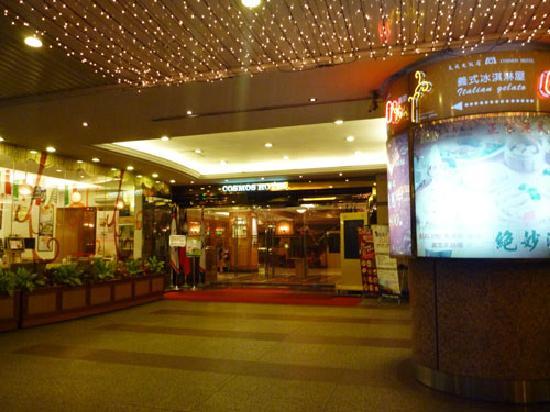 Cosmos Hotel Taipei: エントランスにはドアマンもいます