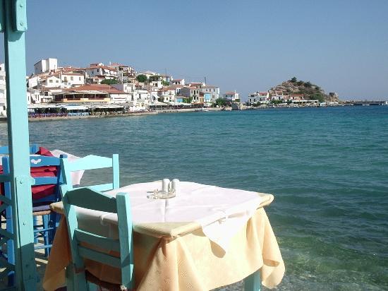 Poseidon Hotel Kokkari Samos Greece: lekker uitkijken op de blauwe zee