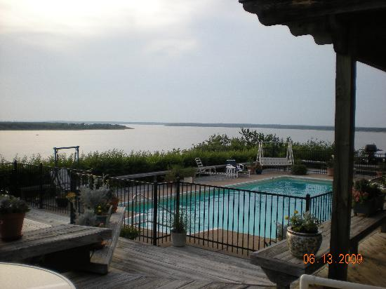 Lake Whitney B & B Inn: Back yard - pool and decks
