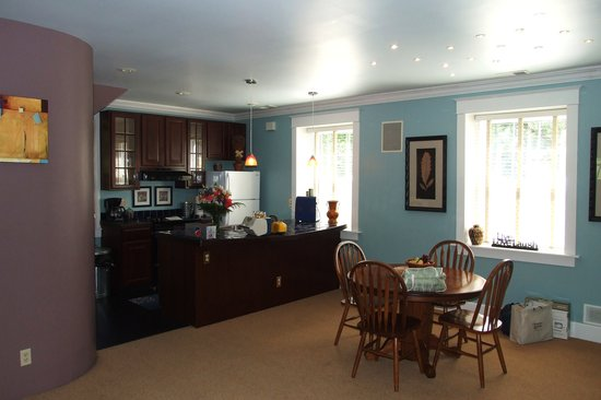 Inn on Crescent Lake: Kitchen / Dining Room
