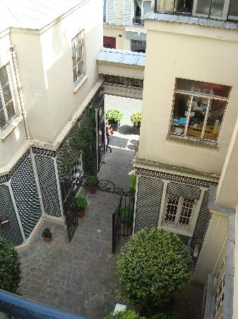 Hotel de l'Abbaye Saint-Germain: The view of the courtyard entrance of the hotel from our room