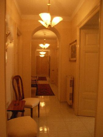 B&B Armonia All'Opera: The hallway inside the B&B