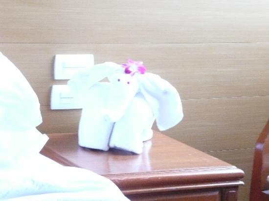 โรงแรม บางกอกเซ็นเตอร์: 象さんの形をしたフェイスタオル1
