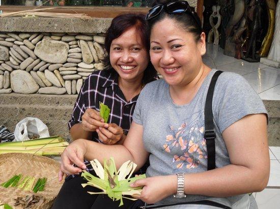 Citrus Tree Villas - Shana : Nyoman Mina teaching me to make daily offerings