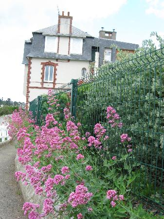Saint-Quay-Portrieux, France: the walk along the coast to the harbor