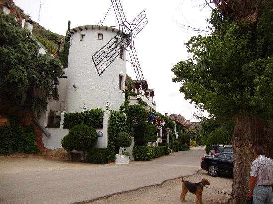 Hotel Albamanjon: The windmill room and view of the front of the hotel