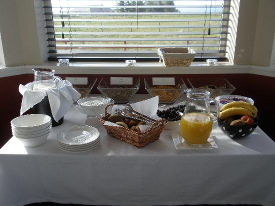 Crowberry: Breakfast buffet table