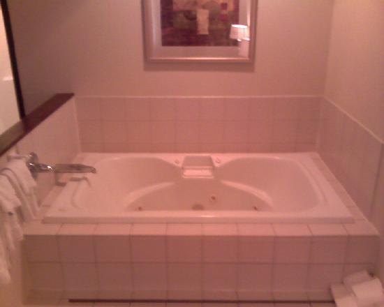 Comfort Suites East : Jacuzzi tub, two could fit pretty comfortably