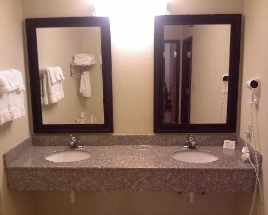 Comfort Suites East : Lots of counter space in the bathroom with two sinks.