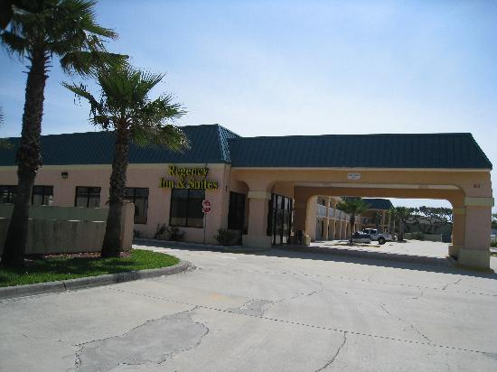 Regency Inn & Suites: Einfahrt zum Motel
