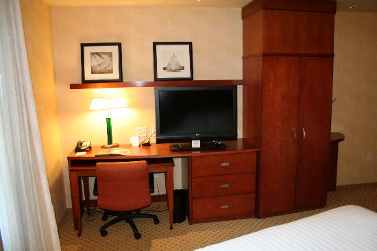 Courtyard by Marriott Boston Copley Square: Desk and one of theTVs.