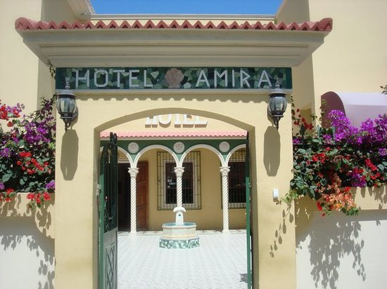 Hotel Amira in Salinas, Ecuador: Front entrance from the street