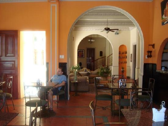 Hotel Amira in Salinas, Ecuador: Inside lobby area (taken from the restaurant side)