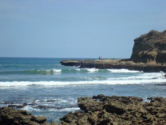 Hotel Baja Montanita: The rocky beach to the right, ending at Punta Montanita