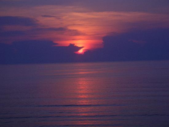 Days Inn Daytona Oceanfront: Sun rising!