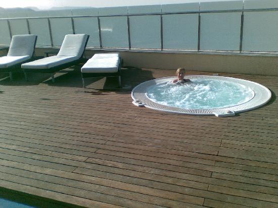 hotel jacuzzi junto a la piscina