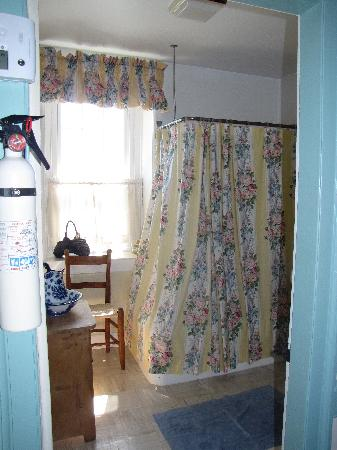 Caledonia Farm - 1812  B&B: Spacious and clean bathroom