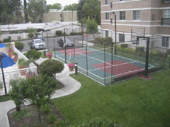 HYATT house Pleasant Hill: Tennis cum basketball court