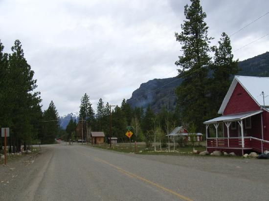 Mazama Country Inn: Downtown Mazama