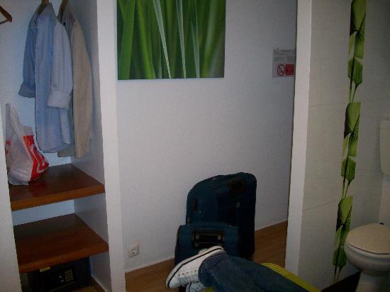 Pensao Globo : la habitación La cama estaba al otro lado pero no hice la foto y tiene una gran ventana a la izq