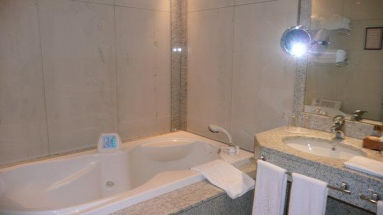 A Casa Canut Hotel Gastronomic: Le jaccuzi, il y a aussi une douche ultra moderne !