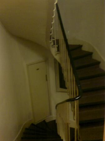 De La Vallee Hotel: stairs, loo door