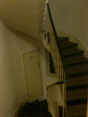 De La Vallee Hotel : stairs, loo door