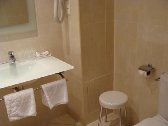 Hotel Beaubourg: Very clean & modern bathroom in Room 11