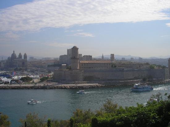 Un petit bateau dans le port de marseille picture of for Marseille bdr
