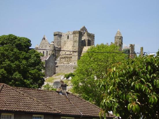 Teac Watties B & B: The Rock of Cashel seen from Wattie's parking area