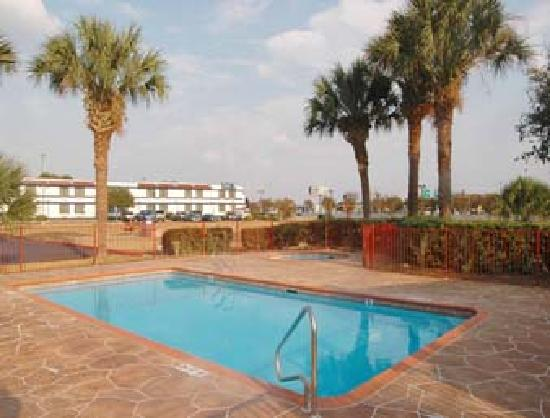 Howard Johnson Inn & Suites San Antonio Near at&T Center: huge pool ArEA