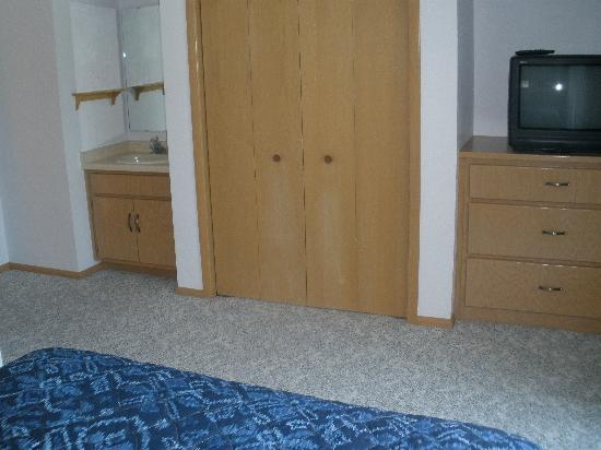 The Hilltop Inn: large upstairs bedroom