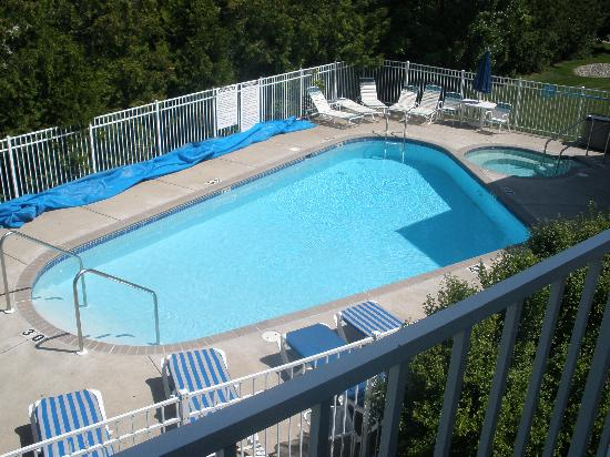 The Hilltop Inn: view of pool from upstairs balcony