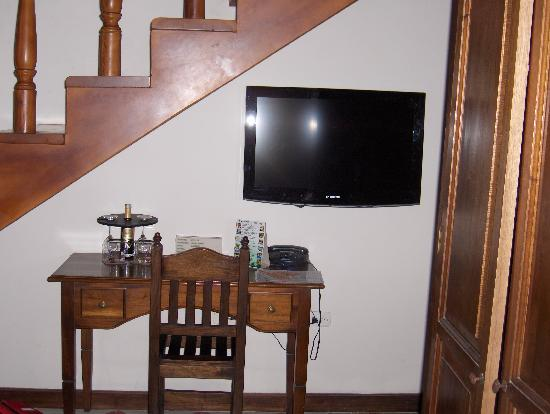 Casa La Fe - a Kali Hotel: Writing table and tv under stairs to loft (bathroom door to the right)