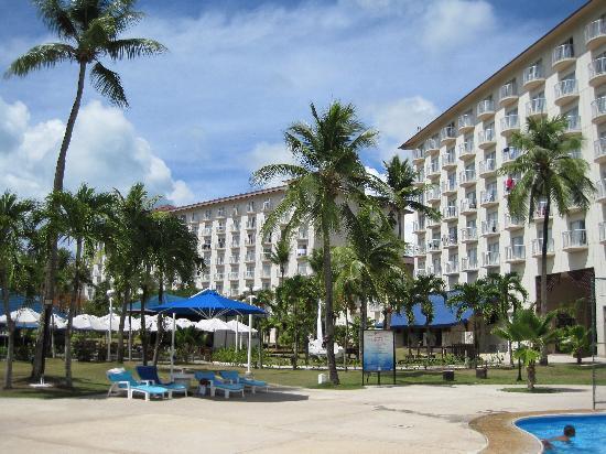 Fiesta Resort & Spa Saipan: プールサイドと庭です