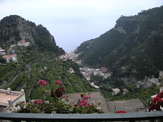 Scala, Italia: Vista sulla valle dei Mulini dal balcone del palazzo