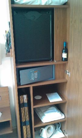 mini bar coffre fort et un peu de rangement picture of. Black Bedroom Furniture Sets. Home Design Ideas