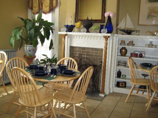 Morrill Mansion Bed & Breakfast: Great spot for breakfast.
