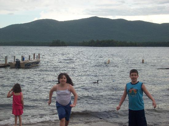 Blue Lagoon Resort: kids enjoying the lake