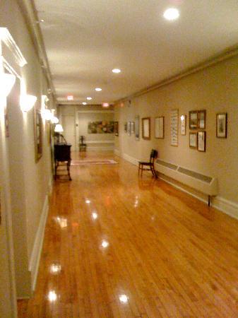 Tremont Inn On Main : The main corridor in the hotel.