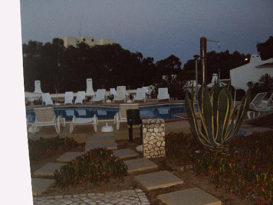Apartamentos Turisticos Marsol: Blick am späten Abend auf den Pool, direkt von unserer Terasse aus